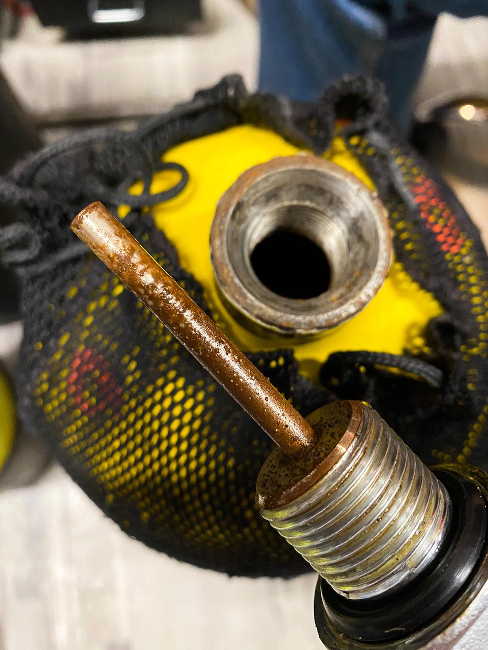 ALBE | Revize a servis tlakových lahví - ukázka zrezlé láhve